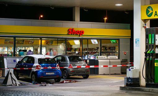 Sveitsin poliisi sai latvialaisnuorukaisen kiinni Flumsin kylän huoltoasemalla, jonne poika oli tehnyt toisen kahdesta kirvesiskustaan.
