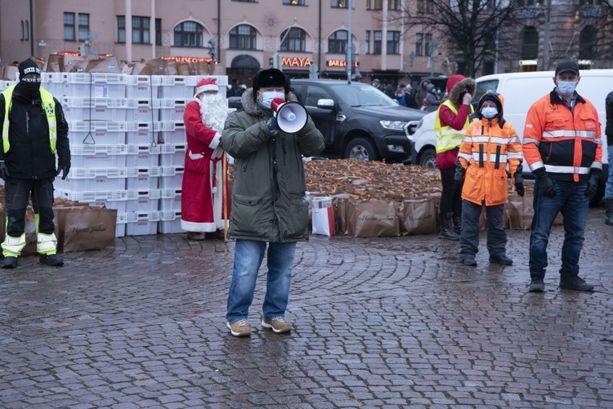 Heikki Hursti ja Sini Hursti olivat paikalla ruokakassien jaossa.