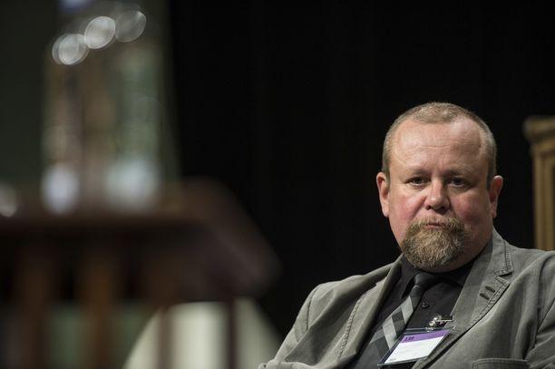 Psykiatri Hannu Lauerma näkee, että Suomen systeemiä tulisi kehittää niin, että oikeasti vaaralliset ihmiset saataisiin pidettyä pidempään pois kaduilta.