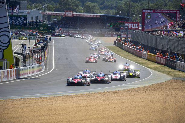 Le Mansin startti on tapahtunut, ja lähes 1000-hevosvoimaiset prototyyppiautot paahtavat letkan kärjessä. Kuva viime vuoden kilpailusta.