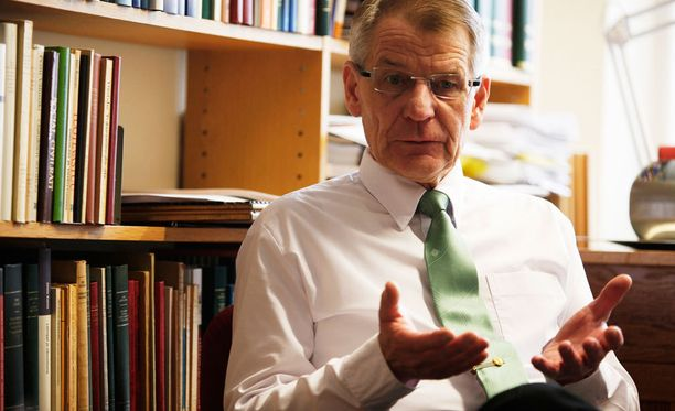 Helsingin yliopiston työoikeuden emeritusprofessori Kari-Pekka Tiitisestä vaikuttaa siltä, että esitys on hirveässä kiireessä laadittu. Hän ihmettelee, miten merkittäviä muutoksia voidaan valmistella näin epäselvällä tavalla.