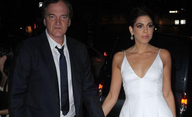 Tuleva morsian oli pukeutunut kihlausjuhliinsa valkoiseen mekkoon.
