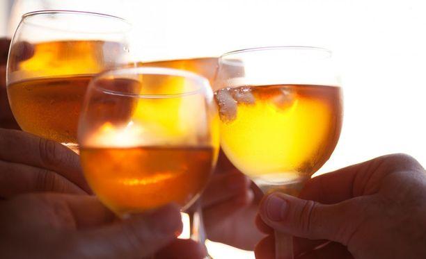 Alkoholin nauttiminen nostaa elimistössä myrkyllisen asetaldehydin määrää.