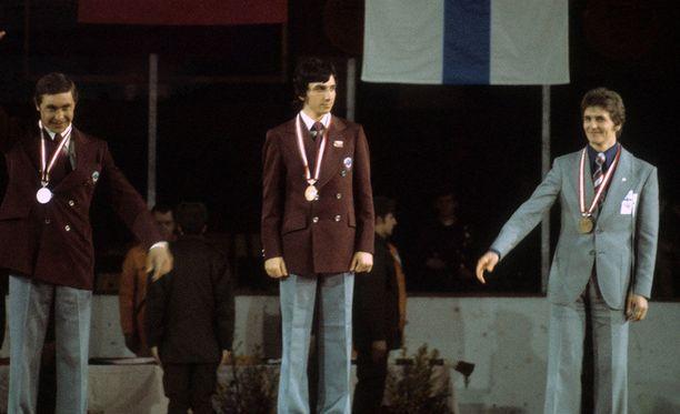 Nikolai Bazukov ja Jevgeni Beljajev (vas.) nappasivat kultaa ja hopeaa. Arto Koivisto hymyilee pronssipallilla - vaikka vähän korpeaakin.