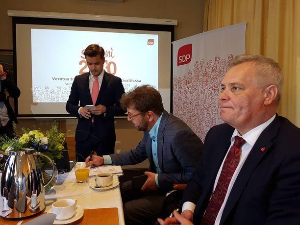 SDP julkaisi keskiviikkona vero-ohjelman, joka katsoo puolueen mukaan vuoteen 2030 asti. Kuvassa puheenjohtaja Antti Rinne, vero-ohjelman valmistelua johtanut Timo Harakka ja viestintävastaava Dimitri Qvintus.