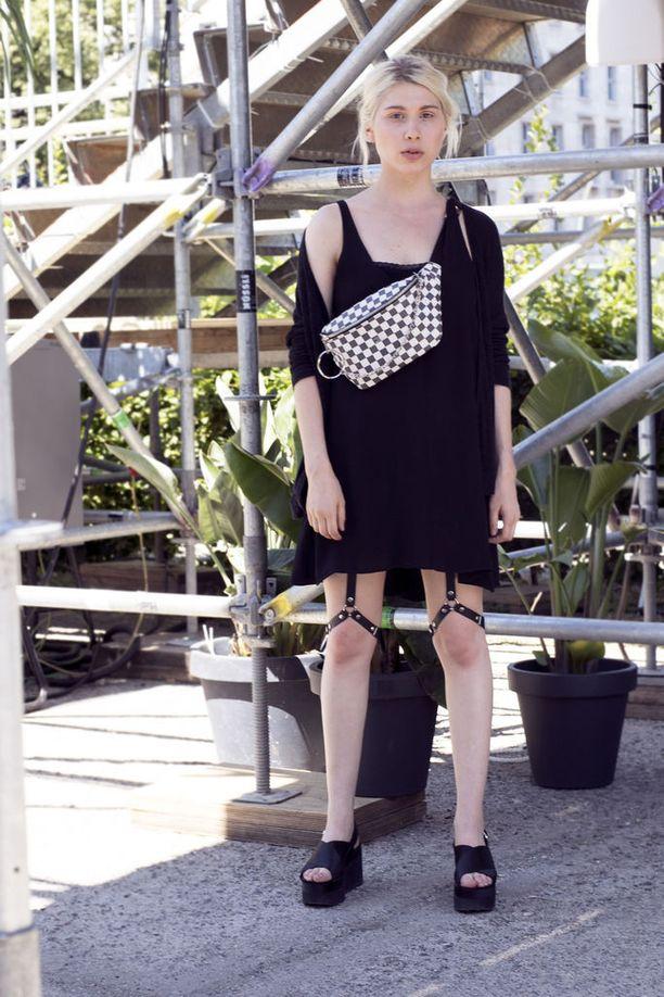 Muuten suhteellisen yksinkertainen musta asu kiinnittää huomion, kun sen kanssa pukee mustat nahkaiset valjaat - yllättävästi jalkoihin.