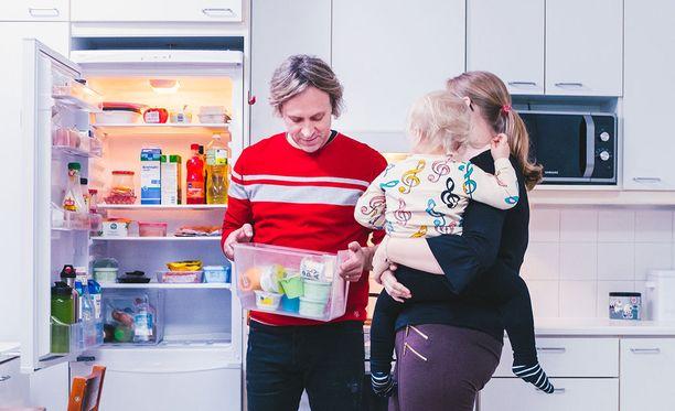 Kape Aihinen käy läpi Melissan ja Teron jääkaapin sisältöä. Äidin sylissä pieni Vanessa.