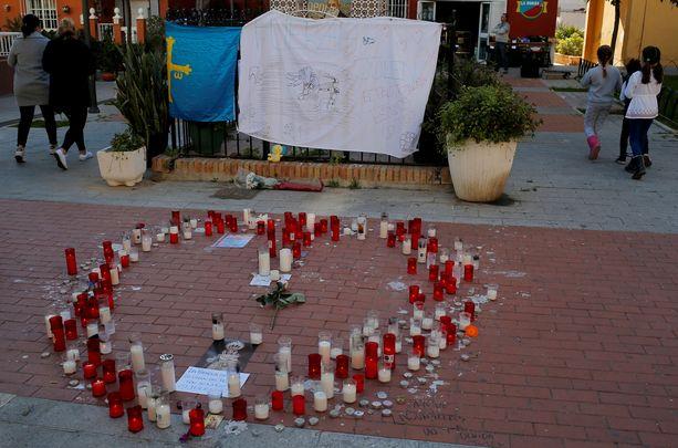 Kodin edustalle tuodut kynttilät oli aseteltu sydämen muotoon.