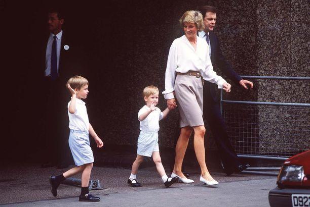 Prinssit William ja Harry äitinsä kanssa.