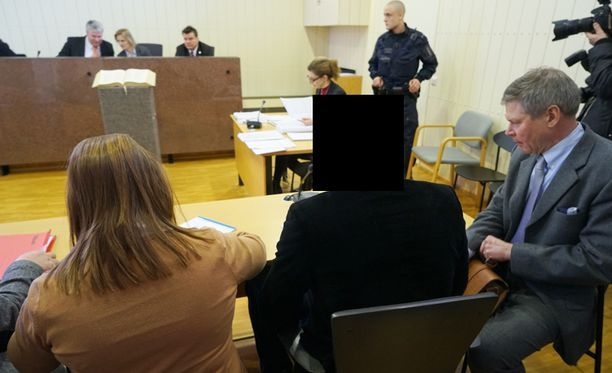 Parikymppistä miestä syytetään törkeästä vapaudenriistosta, törkeästä ryöstöstä ja virkamiehen vastustamisesta.
