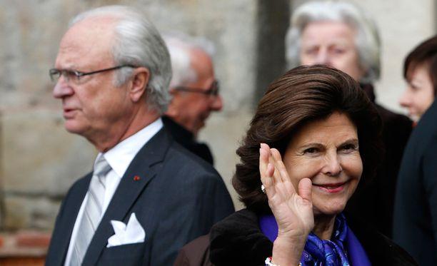 Kaarle Kustaa ja Silvia vilkuttelevat maaliskuusa suomalaisille.