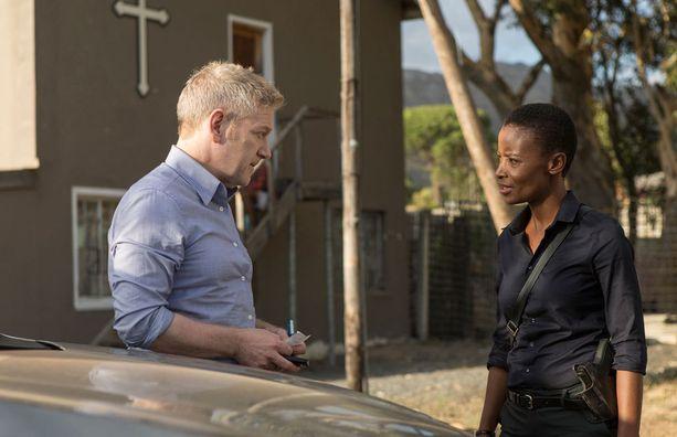 Wallander osallistuu tänään poliisikonferenssiin Etelä-Afrikassa, mutta joutuu myös töihin.