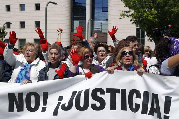 Sadat ihmiset osoittivat mieltään oikeuspalatsin edessä, kun susilauman miehet tuomittiin seksuaalisesta väkivallasta eikä raiskauksesta.