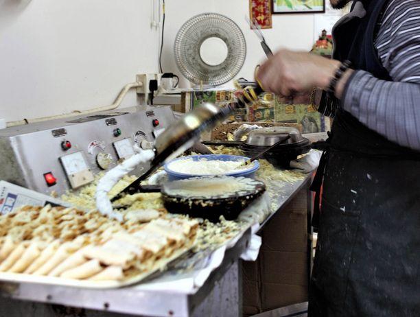 Uhri työskenteli veljensä vaimon omistamassa ravintolassa viikon jokaisena päivänä. Kuvituskuva hongkongilaisesta ravintolasta.