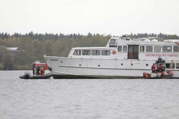 Pelastuslaitos tutki karille jämähtänyttä Tampere-laivaa sunnuntaina.