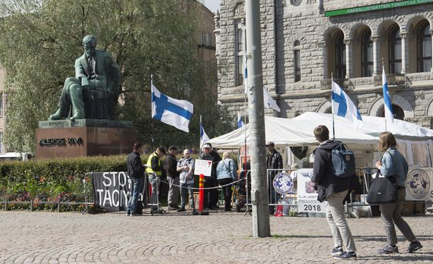 Suomi ensin -mielenosoitusleiri oli viime vuonna Helsingin Rautatientorilla Kansallisteatterin edessä.