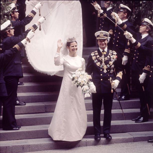 Kaarle Kustaa ja Silvia astelivat avioliittoon 19.6.1976. Silvialla oli Diorin hääpuku, johon kuului neljä metriä pitkä laahus.