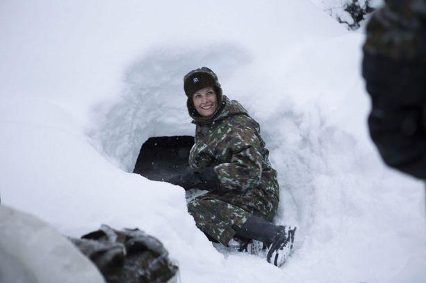 Kreivitärtä huvitti lumessa möyhiminen.