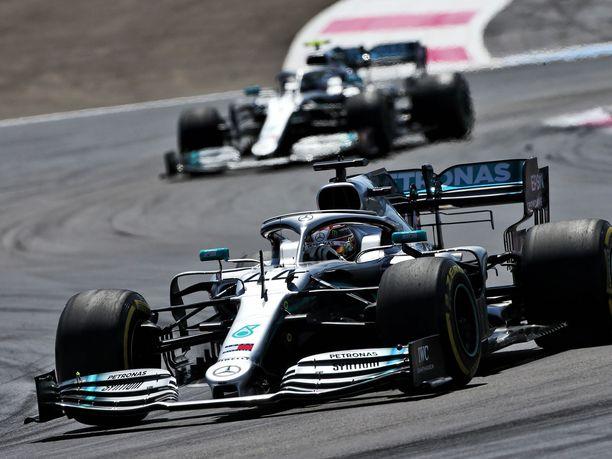 Valtteri Bottas (takana) ei pysynyt Lewis Hamiltonin perässä.