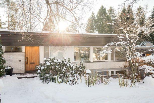 1960-luvulla rakennettiin tämän tyyppisiä pientaloja paljon. Arkkitehti Aarre Ervinin suunnittelema talo sijaitsee Tapiolan Otsolahden merimaisemissa.