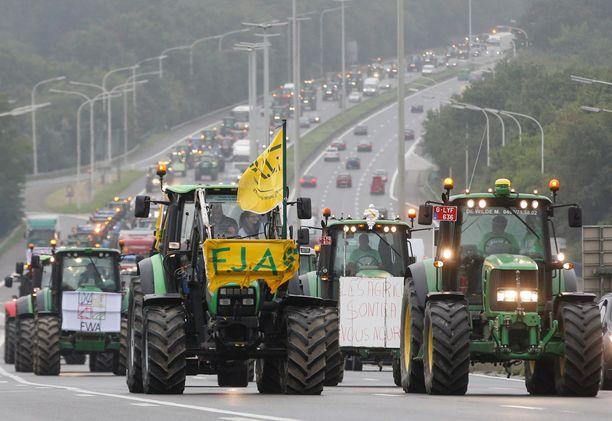 Traktorit tukkivat katuja ja moottoriteitä Brysselissä maanantaina.