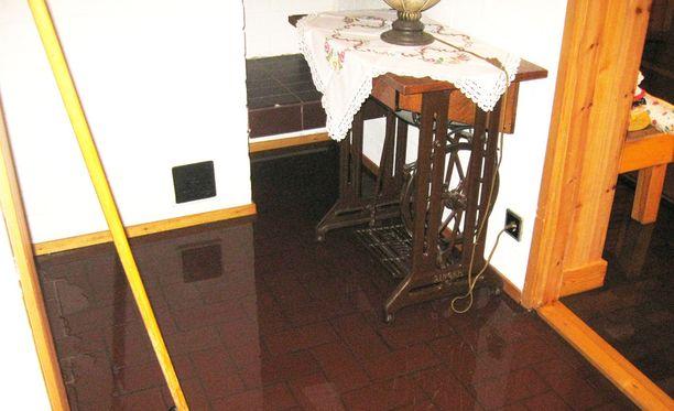 Viemäriongelmasta kärsinyt asukas kuvasi taloon pulpunneen jäteveden tekosia.