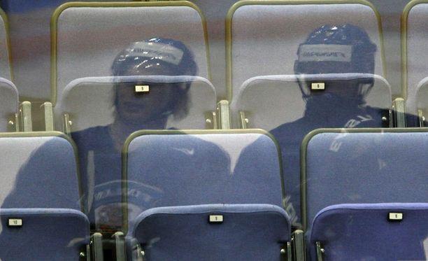 Suomen avausottelussa tyhjiä penkkejä riitti.