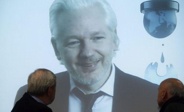 Julian Assange kiistää syyllistyneensä rikoksiin.