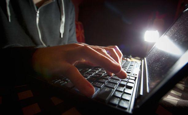 Päivittämätön tietokone saattaa joutua kyberhyökkääjän haltuun.
