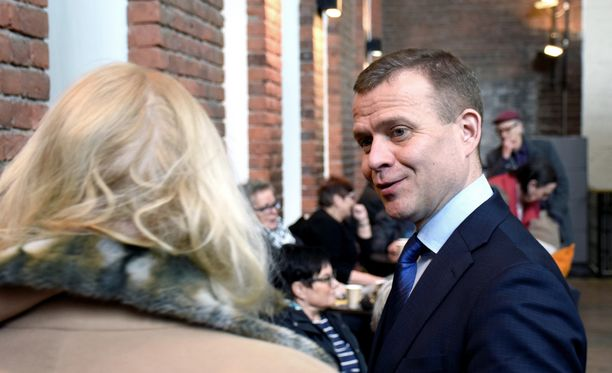 Parhaillaan Yhdysvalloissa oleva puheenjohtaja Petteri Orpo ei niele Harkimon moitteita.