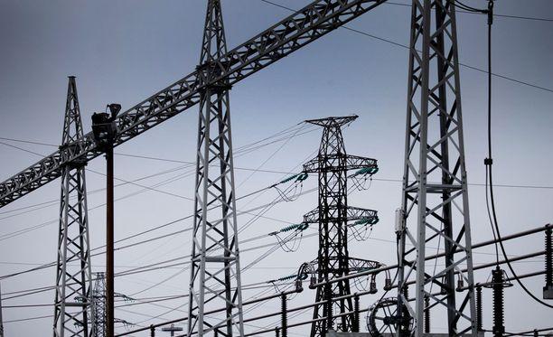 Caruna perusteli hurjia korotushaaveitaan Tapani-myrskyllä, joka riepotteli Suomen sähköverkkoja tapaninpäivänä 2011.