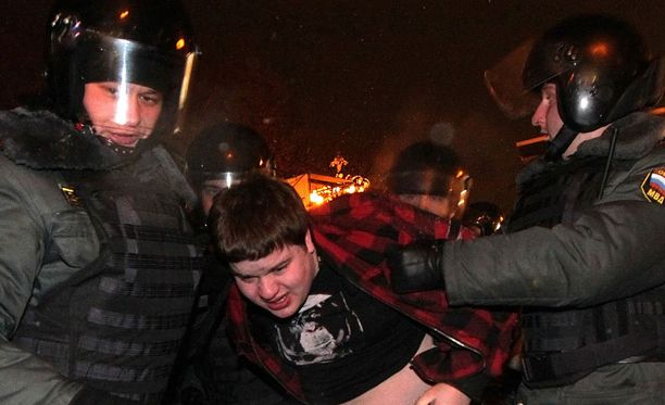 Viranomainen käytti kovia otteita mielenosoittajia vastaan Venäjän suurissa kaupungeissa maaliskuussa.