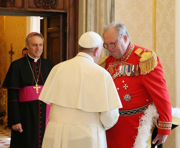 Maltan ritarikunnan suurmestari Matthew Festing (oikealla) on yksi harvinaisen passin omistajista. Tässä hän tapaa paavin.