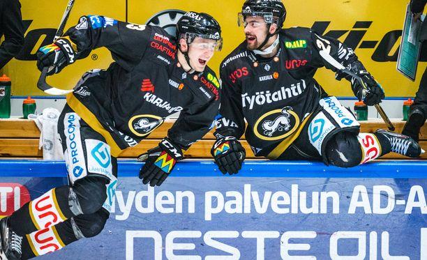 Kristian Vesalainen (vasemmalla) ampaisi jäälle, kun summeri soi.