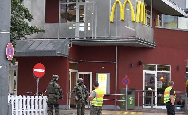 Mediatietojen mukaan ammuskelu alkoi ostoskeskuksessa sijaitsevasta hampurilaisravintola McDonald'sin tiloista noin kello 19 Suomen aikaa eli noin kello 18 paikallista aikaa. Poliisi nähtiin paikalla myöhemmin.