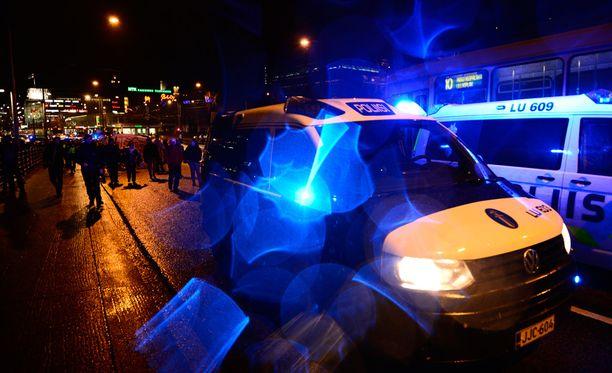 Poliisi valvoi mielenosoituksia Helsingissä itsenäisyyspäivänä.