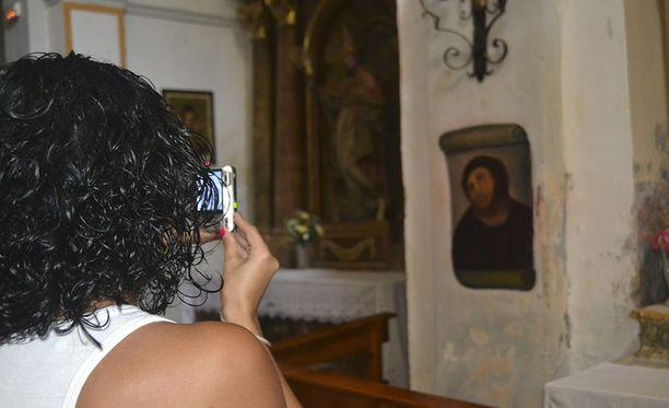 Borjan kirkossa käy paljon turisteja kauhistelemassa pieleen mennyttä restaurointia.