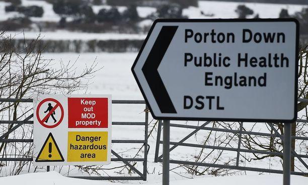 Kemiallisten aseiden kansainväliset asiantuntijat saapuivat Britannian puolustusministeriön tutkimuslaboratorioon Porton Downissa tutkimaan murhayrityksessä käytettyä hermomyrkkyä.