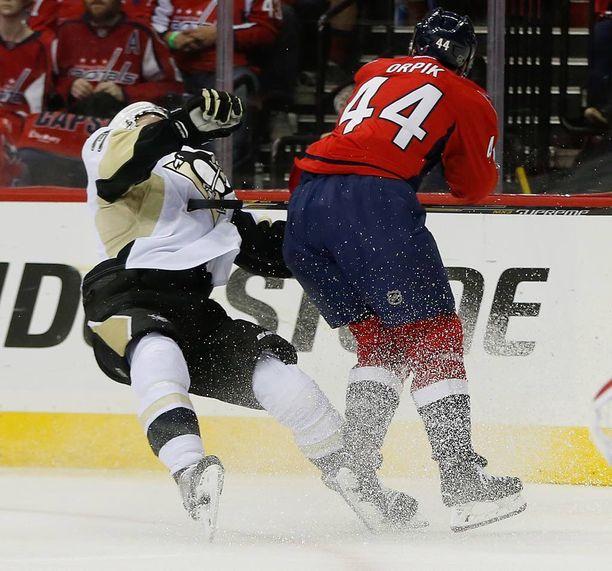 Olli Määtällä on riittänyt NHL-kausilla huonoa onnea. Pudotuspeleissä puolustajalle tuli taukoa peleistä Washingtonin Brooks Orpikin päähän kohdistuneen taklauksen seurauksena.