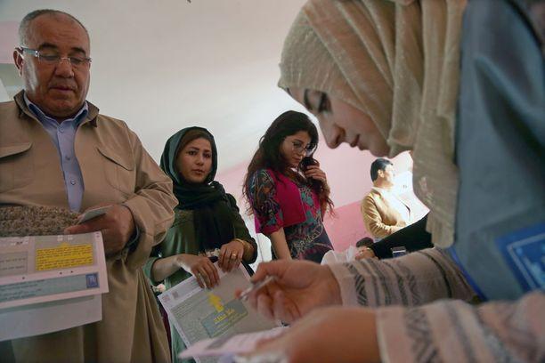 Kurdeja äänestämässä tänään Erbilissä.