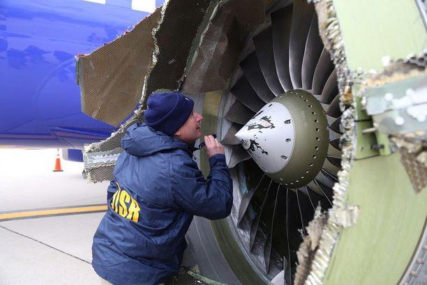 Yksi koneen moottorin ahtimen lavoista irtosi kymmenen kilometrin korkeudessa.