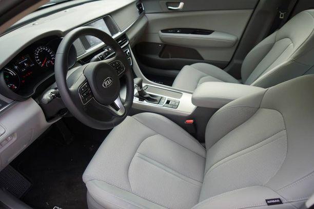 """Ajoautomme on väljä ja mukava. Istuimet ovat aavistuksen """"sohvamaiset"""" eli niiden soisi tarjoavan enemmän sivutukea."""