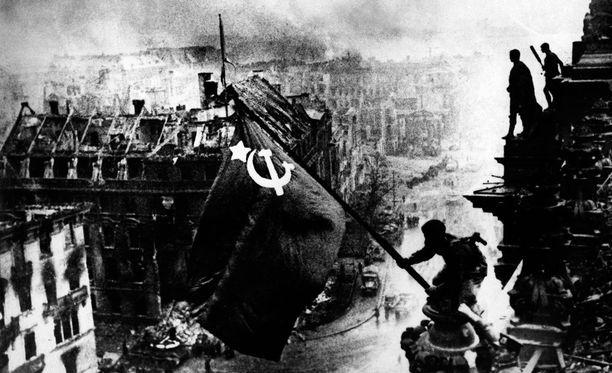 Puna-armeijan lippu liehuu valtiopäivätalolla.