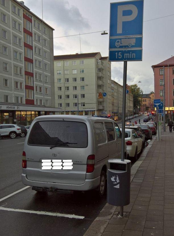 Kuorma-auton kuva P-merkin alla, mutta yhtään kuorma-autoja ei parkissa näy.