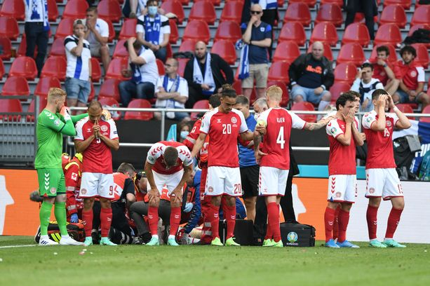 Tanskan pelaajat olivat todella järkyttyneitä Eriksenin lyyhistymisen jälkeen.