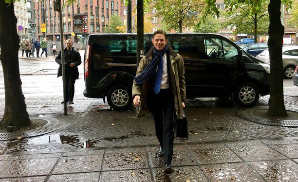 Jyrki Katainen saapui perjantaina lounaalle Euroopan komission Suomen-edustustoon. Katainen ei halunnut kommentoida tietoa siitä, että mielenterveyshäiriöstä kärsinyt mies oli suunnitellut iskua kokoomuksen puoluekokoukseen kesällä 2012.