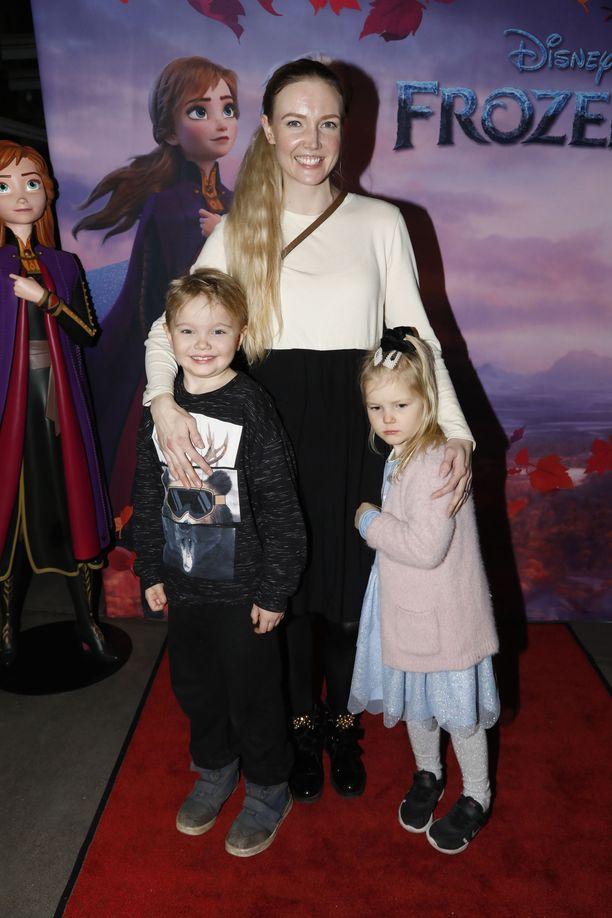 Essi Pöysti saapui katsomaan Frozen 2 -elokuvaa lastensa Aaron, 6, ja Armin, 4, kanssa.