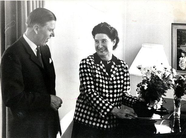 Pääministeri Johannes Virolainen ja rouva Kaarina Virolainen kesäkuussa 1965 pääministerin virka-asunnossa Kesärannassa.