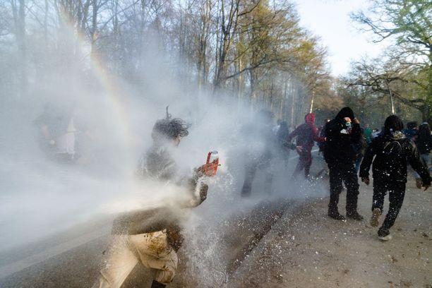 Mellakkapoliisit hajottivat laittoman kokoontumisen Brysselissä torstaina.