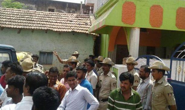 Väkijoukko kivitti epäiltyjen taloa.